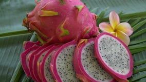 Dwa smoka Świeża Surowa Egzotyczna Tropikalna Tajlandzka owoc także dzwonił Pitayas Wiruje na Bananowym liściu zdjęcie wideo