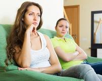 Dwa smutnej dziewczyny ma konflikt obraz stock