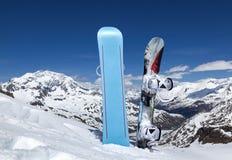 Dwa snowboard stać pionowy w śniegu fotografia royalty free