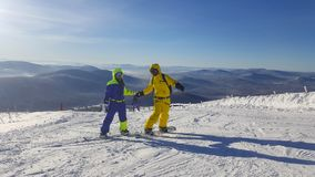 Dwa snowboarders chwyta ręki zdjęcia royalty free
