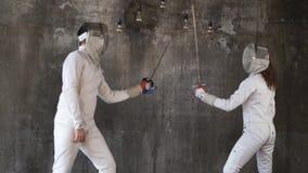 Dwa sportowa angażują w fechtunku w centrum sportowym para trenują zbiory