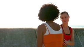 Dwa sporty kobiety jogging each dalej jeden stronę zbiory wideo