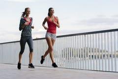 Dwa sporty kobiety jogging w mieście obraz stock