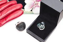 Dwa srebnego pierścionku, czarnego pudełko, czerwona rękawiczka i szalik, zdjęcie stock