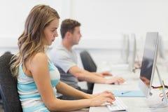 Dwa srogo ucznia pracuje na komputerze pojedynczo obraz stock