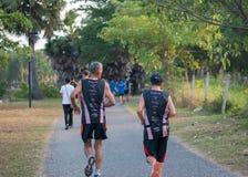Dwa starego przyjaciela biega wpólnie na ścieżce w parku Zdjęcie Royalty Free