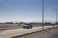 Dwa starego samochodu jadą wzdłuż drogi wzdłuż pustyni i s Obrazy Stock