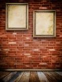 Dwa starej drewnianej ramy na cegły ścianie Fotografia Royalty Free