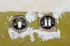Dwa starej elektrycznej zmiany wspinającej się w ścianie Zdjęcie Stock