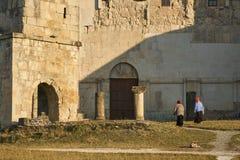 dwa starej kobiety chodzą przed Bagrati katedrą w Kutaisi, Gruzja, UNESCO światowego dziedzictwa miejsce fotografia royalty free