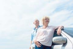 Dwa starszego ludzie ono uśmiecha się z zaufaniem podczas gdy opierający na ich obrazy royalty free