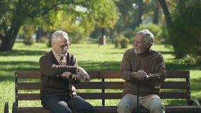 Dwa starszego przyjaciela śmia się i pamięta za dniami, oba nicestwienie, strata zdjęcie wideo
