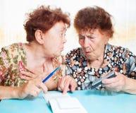 Dwa starych kobiet obliczeń rachunek Fotografia Royalty Free