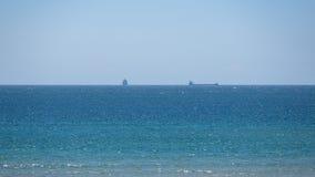 Dwa statku w odległości na horyzoncie najlepszy widok na ocean atlantycki fotografia stock