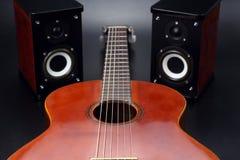 Dwa stereo audio mówcy i klasycznej gitara akustyczna, Zdjęcie Stock