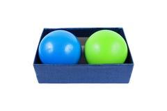 dwa stres piłki w prostokąta pudełku odizolowywającym na bielu zdjęcia stock