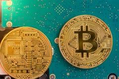 Dwa strony złoty bitcoin na dysk twardy elektronika obraz royalty free