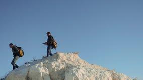 Dwa styl życia mężczyzn turysty wycieczkuje przygoda arywistów wspinają się górę zwolnionego tempa wideo wycieczkowicza odprowadz zdjęcie wideo
