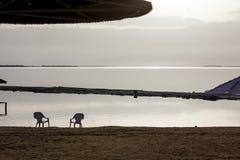 Dwa sunshades przy plażą i krzesła Obraz Stock