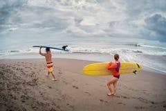 Dwa surfingowa chodzi z kipieli deskami Zdjęcia Royalty Free