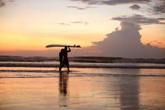 Dwa surfingowa na ocean plaży przy zmierzchem Fotografia Stock