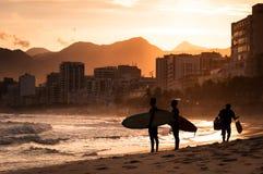Dwa surfingowa przy plażą zmierzchem Obraz Royalty Free
