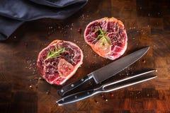 Dwa surowego kawałka wzmacniają giczoł na drewnianej masarki desce z rozwidleniem i Zdjęcie Royalty Free