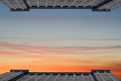 Dwa symetrycznego wysokiego budynku naprzeciw each inny przeciw tłu chmurny niebo Przestrzeń dla teksta Obrazy Royalty Free