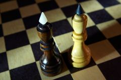 Dwa szachowego królewiątka jeden przed inny Walka równi oponenci Fotografia Stock