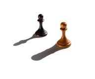Dwa szachowego pionka jeden kasting gawronu kawałka cień Obraz Royalty Free