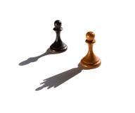 Dwa szachowego pionka jeden kasting królowa kawałka cień Zdjęcia Stock