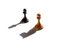 Dwa szachowego pionka jeden kasting rycerza kawałka cień Zdjęcie Royalty Free