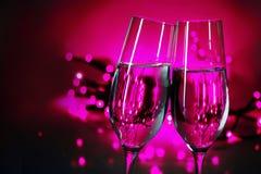 Dwa szampańskich fletów clink szkła na nowego roku przyjęciu, purpurowy b Zdjęcie Stock