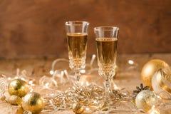 Dwa szampańskiego fleta z złotymi bąblami robią otuchom na kolorowym fotografia stock
