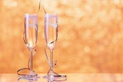 Dwa szampańskiego szkła zawijającego z faborkiem jako dekoracja Zdjęcia Stock