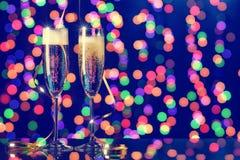 Dwa szampańskiego szkła zawijającego z faborkiem jako dekoracja Fotografia Stock