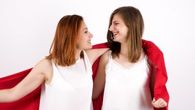Dwa szczęśliwego żeńskiego przyjaciela bawić się one i zakrywa jaźń z czerwoną koc zbiory wideo