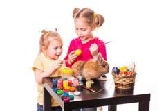 Dwa szczęśliwego dzieciaka maluje Easter jajka. Szczęśliwa wielkanoc Zdjęcia Stock