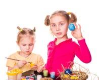 Dwa szczęśliwego dzieciaka maluje Easter jajka. Szczęśliwa wielkanoc Zdjęcia Royalty Free