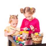 Dwa szczęśliwego dzieciaka maluje Easter jajka. Szczęśliwa wielkanoc Obraz Stock