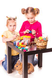 Dwa szczęśliwego dzieciaka maluje Easter jajka. Szczęśliwa wielkanoc Fotografia Stock