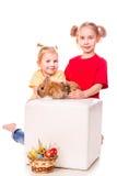 Dwa szczęśliwego dzieciaka z Easter królikiem i jajka. Szczęśliwa wielkanoc Fotografia Stock