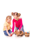 Dwa szczęśliwego dzieciaka z Easter królikiem i jajka. Szczęśliwa wielkanoc Zdjęcie Royalty Free