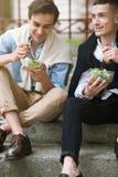 Dwa szczęśliwego mężczyzna z zdrowym jedzeniem outdoors Obraz Stock