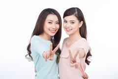 Dwa szczęśliwego młodego żeńskiego przyjaciela Azjatycki dziewczyn śmiać się Zdjęcie Stock
