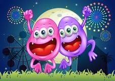Dwa szczęśliwego potwora przy parkiem rozrywki Obrazy Royalty Free