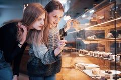 Dwa szczęśliwej atrakcyjnej dziewczyny wybiera ganaches, praline i czekolady wyśmienicie, Zdjęcia Royalty Free