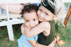 Dwa szczęśliwej chłopiec ściskają each inny fotografia stock