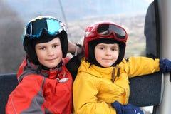 Dwa szczęśliwej chłopiec w wagonie kolei linowej Fotografia Royalty Free