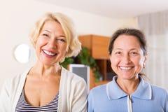 Dwa szczęśliwej dojrzałej kobiety Fotografia Royalty Free